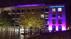 Das Verlagsgebäude der LVZ am Abend des Welt-Mädchentages