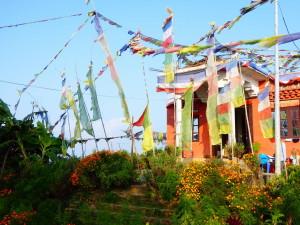 Tempel mit Gebetsfahnen in Bandipur